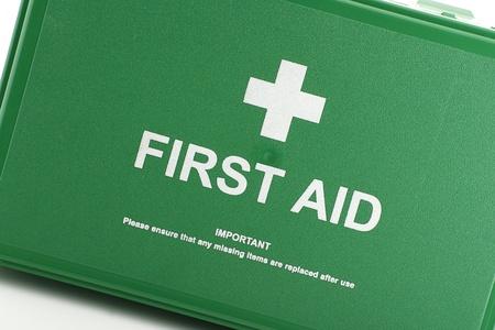 botiquin primeros auxilios: Vista frontal de la caja verde de primeros auxilios Foto de archivo