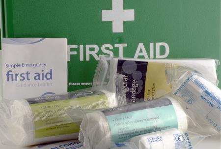 first aid kit: Caja verde de primeros auxilios y el contenido