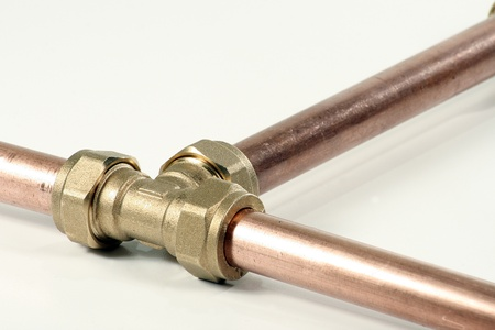 water pipe: La tuber�a de cobre del agua y la instalaci�n T aisladas sobre fondo blanco