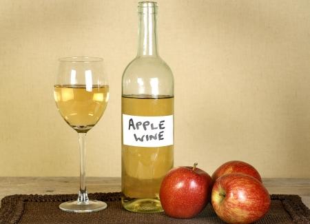 병 및 사과와 집에서 만든 사과 와인의 유리