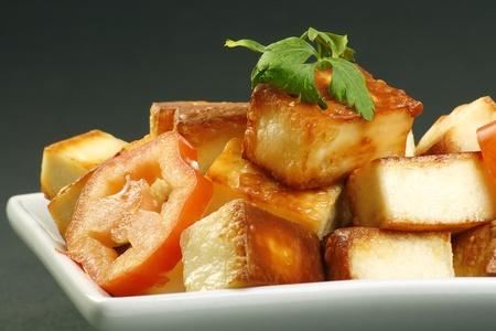 회색 배경에 요리 인도 파니 치즈와 토마토 스톡 콘텐츠