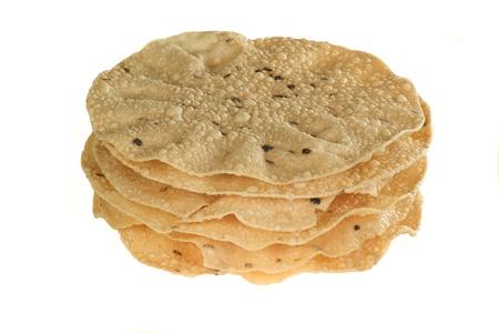 Indisches Essen Stapel von gewürzten Poppadoms auf weißem Hintergrund isoliert Standard-Bild - 12750159