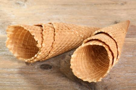 Eistüten auf einem verwitterten Holz Hintergrund Standard-Bild - 13625746
