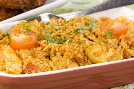 토마토와 다진 허브와 인도 음식 치킨 Biryani의