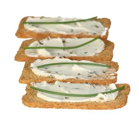 melba: melba toast untado con queso crema y cebollino