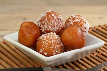 코코넛 흰색 접시에 아시아 gulab의 jamun 스톡 콘텐츠