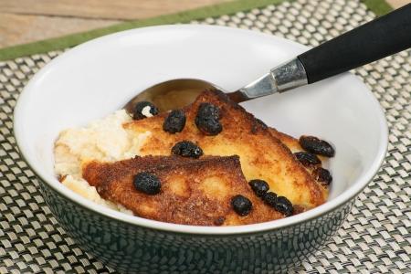 Porci�n de pan casero y bud�n de mantequilla en un taz�n Foto de archivo - 18381621
