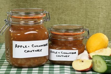 집에서 만든 사과와 오이 처트니 두 개의 항아리