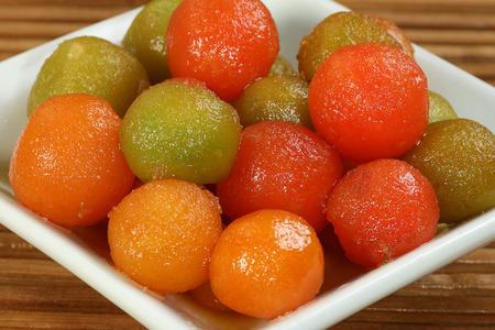 자연 녹색과 빨간색 gulab의 jamun의 선택
