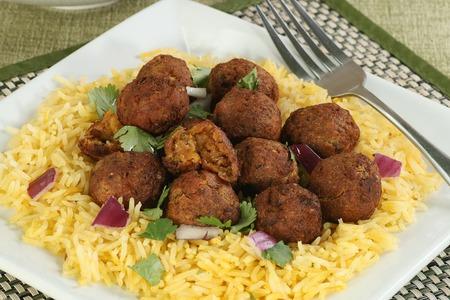 comida arabe: falafels served on a bed of saffron rice