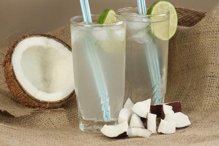 zwei große Gläser frische Kokosnuss Wasser mit Eis und Kalk