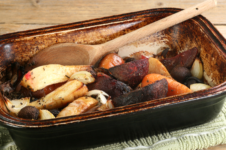 delicious fresh roasted winter vegetables in a rustic oven dish Standard-Bild