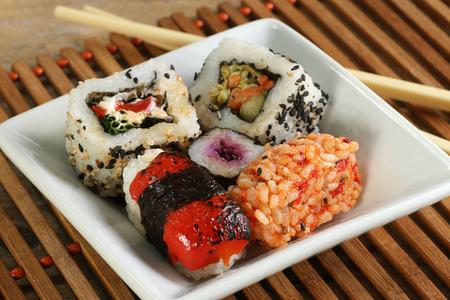 Teller mit gemischten vegetarischen Tofu und Reis mit Essstäbchen Standard-Bild - 102008523