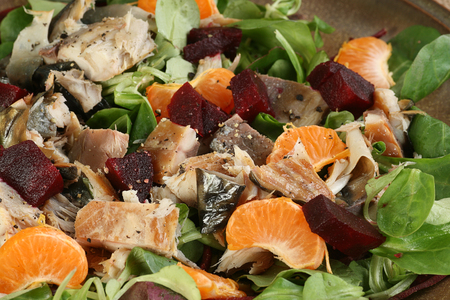 smoked flaked mackerel and salad in closeup with beetroot and orange Standard-Bild