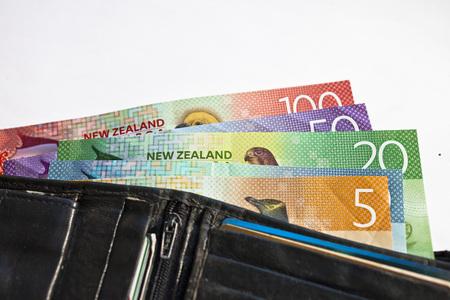 뉴질랜드에서 현금, 돈 또는 통화가 누군가의 지갑에 가득 찼다. 스톡 콘텐츠