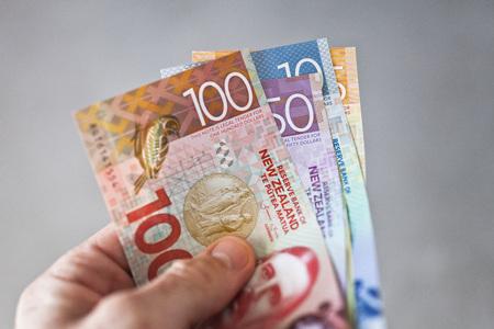 ニュージーランドの通貨を誰か手であおら開催 写真素材