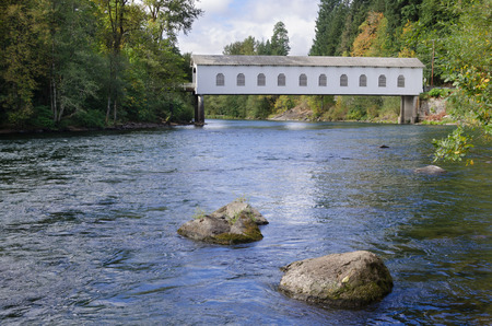 The Goodpasture covered bridge in Lane County, Oregon is one of the most well-known landmarks in the Eugene area. It crosses the McKenzie River. Imagens