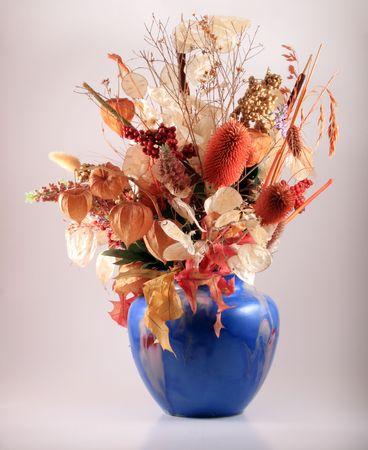 flores secas: Flores secas en un florero azul. Foto de archivo