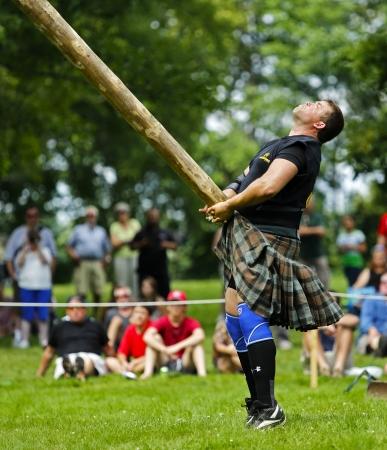 lancer marteau: FREDERICTON, CANADA - Le 28 Juillet: Kevin Robinson lance le tronc d'arbre au Nouveau-Brunswick Festival de Highland Games 28 Juillet 2013, � Fredericton, Canada.