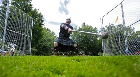 lancer marteau: FREDERICTON, CANADA - Le 28 Juillet: Bryan MacLean participe � la lancer du marteau au Nouveau-Brunswick Festival de Highland Games 28 Juillet 2013, � Fredericton, Canada. Editeur
