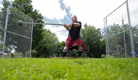 lancer marteau: FREDERICTON, CANADA - Le 28 Juillet: Mark Fournier s'enroule pour le lancer du marteau au Nouveau-Brunswick Festival de Highland Games 28 Juillet 2013, � Fredericton, Canada. Editeur