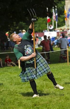 lancer marteau: FREDERICTON, CANADA - Le 28 Juillet: Greg Hadley lance la gerbe au Nouveau-Brunswick Festival de Highland Games 28 Juillet 2013, � Fredericton, Canada. Editeur
