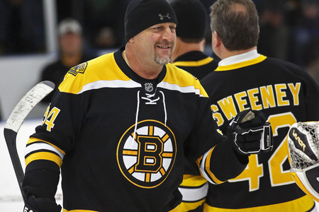 alumni: La ex estrella de la NHL Al Iafrate se introduce a una Boston Bruins juego de hockey de ex alumnos 20 de marzo 2014 en Sussex, Canad�.