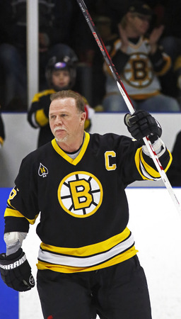 alumni: La ex estrella de la NHL Rick Middleton se introduce a una Boston Bruins juego de hockey de ex alumnos 20 de marzo 2014 en Sussex, Canad�.