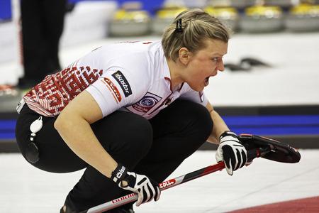 Saint John, Canadá - 19 de marzo: Iluta Linde de Letonia instruye a sus barrenderos en Campeonato Curling Mundial de Mujeres Ford 19 de marzo, 2014 en Saint John, Canadá. Foto de archivo - 26990305