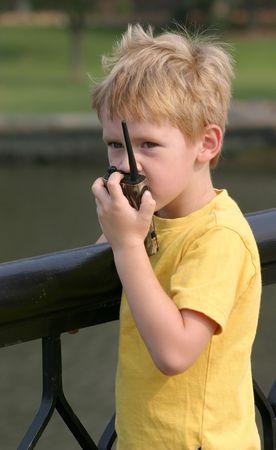 Een kind te praten over een walkie talkie.