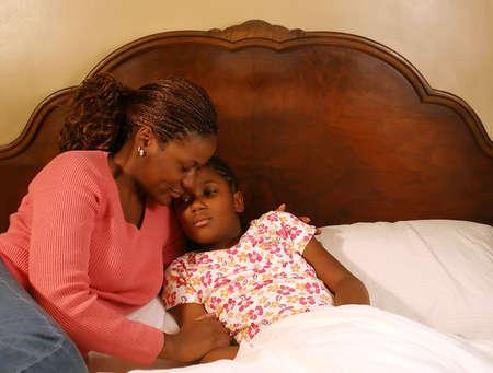 어머니는 아픈 딸을 위로합니다.