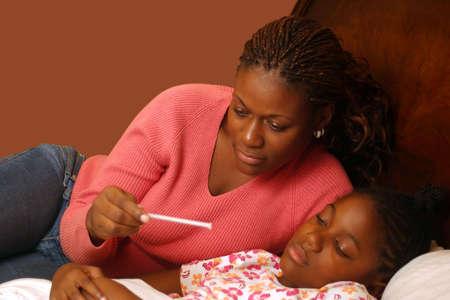 온도계를 읽는 아픈 아이와 어머니. 클리핑 패스와 함께. 스톡 콘텐츠