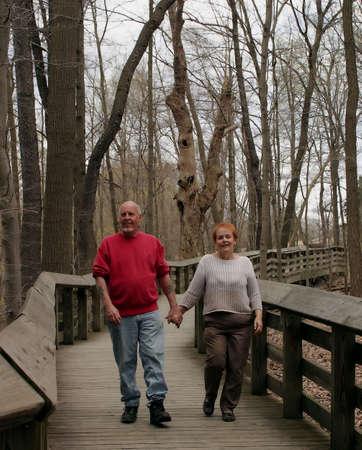 pareja madura feliz: Un par maduro feliz en una caminata.