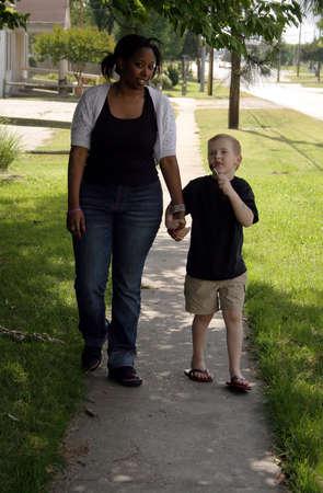 giver: Un ni�o y una nin@era en una caminata.