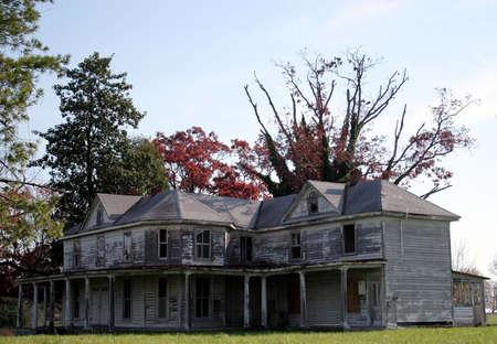 ungeliebt: Eine gro�e verlassenen Landhaus.