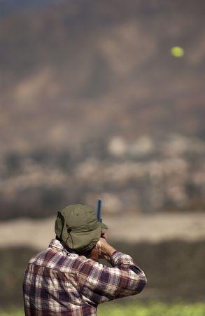hombre disparando: Skeet tiro