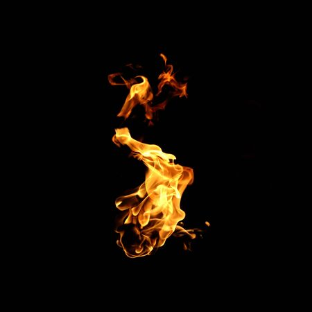 Collection de flammes de feu isolée sur fond noir