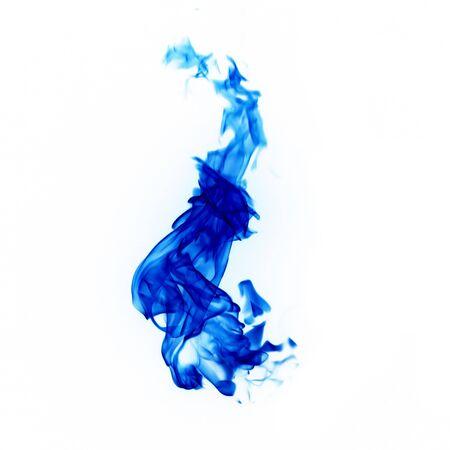 flammes bleues isolés sur fond blanc