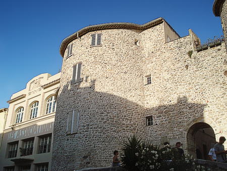 remained: For a long time Antibes was the most strengthened city of the coast. Defensive walls of fortifications remained along the seashore until our days
