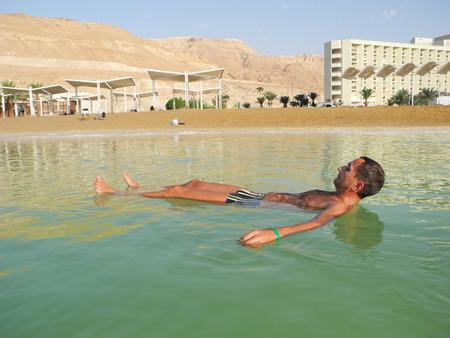 Der Mann in den Heilwasser des Toten Meeres.