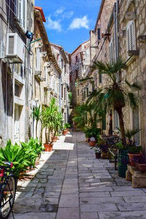 Smalle straat in het oude centrum van Orebić, Kroatië. Stockfoto