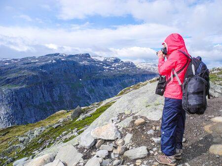 Girl take a photo on the way to Trolltunga, Norway. Standard-Bild