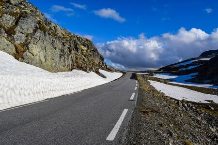 Krajowa turystyczna droga śnieżna Aurlandsvegen (f243) biegnąca przez góry. Norwegia. Zdjęcie Seryjne