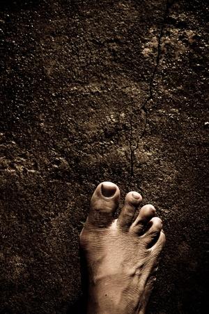 dirty feet: Gros plan des pieds nus