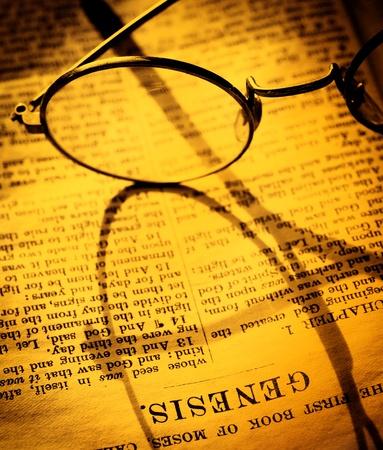 vangelo aperto: Primo piano di un vecchio libro di Sacra Bibbia