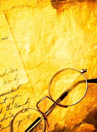 poezie: close-up van vintage papier achtergrond met oude bril Stockfoto