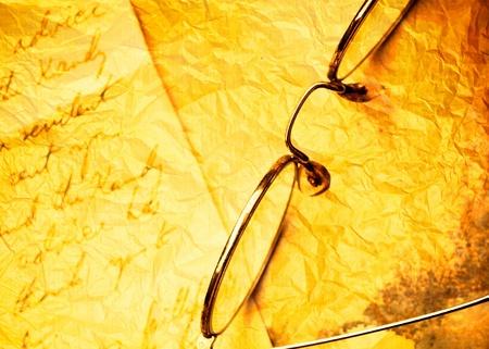 close-up van Vintage papier achtergrond met oude brillen