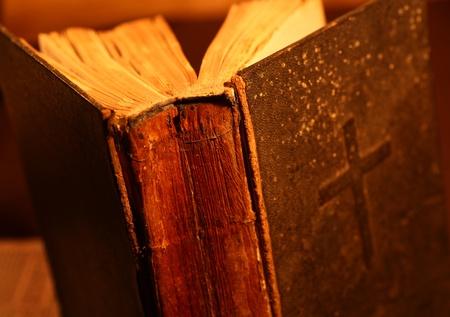 vangelo aperto: Close up del vecchio libro Sacra Bibbia Archivio Fotografico