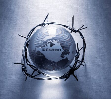 Globe and barbwire depicting global problems and crisis Stockfoto - 126586113