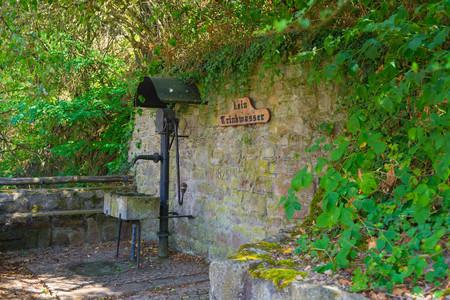 Romantic brook and fountain in Neu-Bamberg, Rheinhessen, Rhineland-Palatinate 版權商用圖片